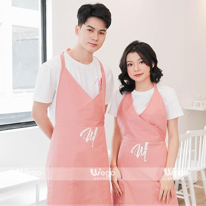 phong cách nữ tính, dễ thương, tạp dề màu hồng sẽ là sự kết hợp đồng phục rất thú vị.